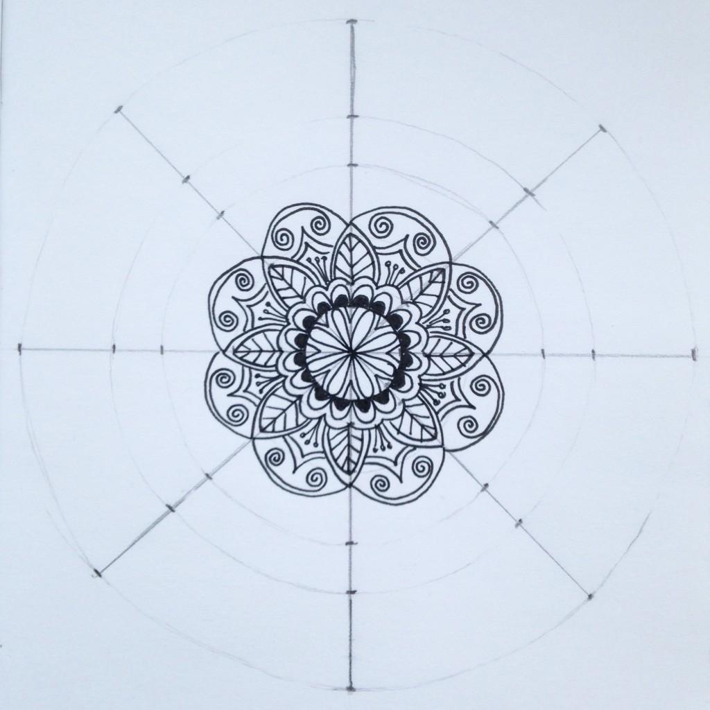 Разрисовываем мандалу с центра